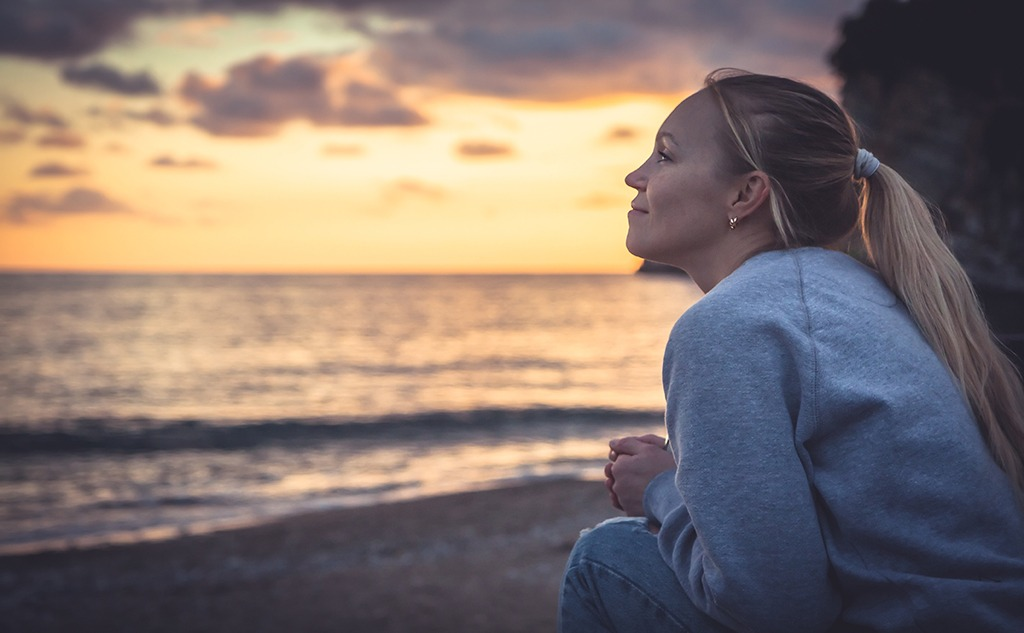 Smiling woman looking with hope at the horizon